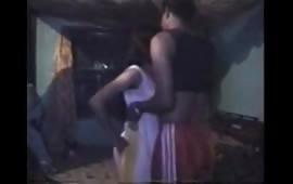 लड़की को गले से लगाया और उसकी चुत में लंड घुसाया