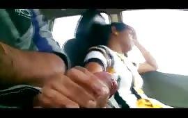 लड़की ने कार में हिलाया लड़के का लंड